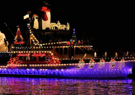 Sfilata natalizia delle barche a Newport Beach