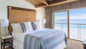 Hotéis de Luxo no litoral ManiBrothers_MalibuBeachInn_Room321_Bedroom-0089-1_v2