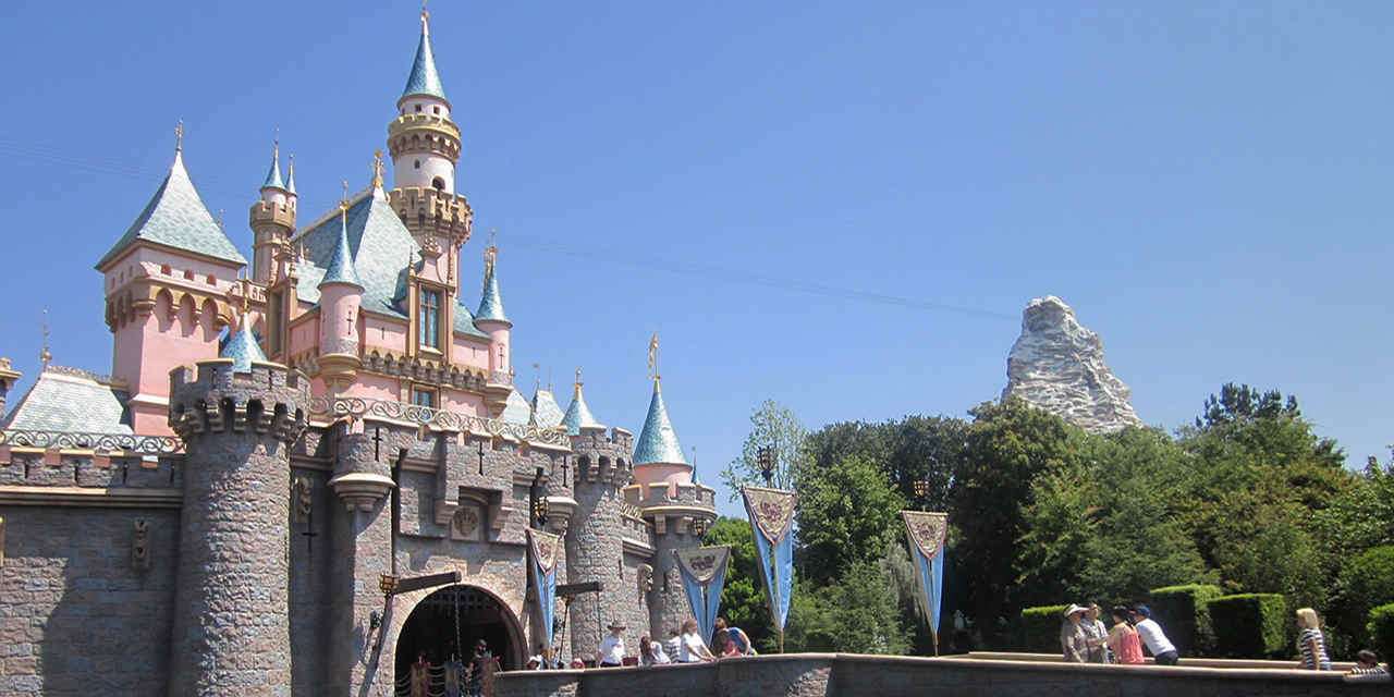 现场巡游表演 SleepingBeautyCastle_Disneyland_1280x642