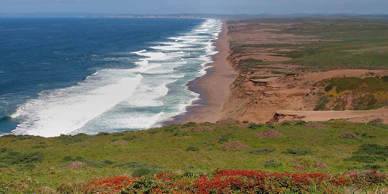 캘리포니아의 놀라운 해안 보존 구역 VC_MarineSanctuaries_Breaker1_TenMileBeach_Stock_RM_CWGH24_1280x640